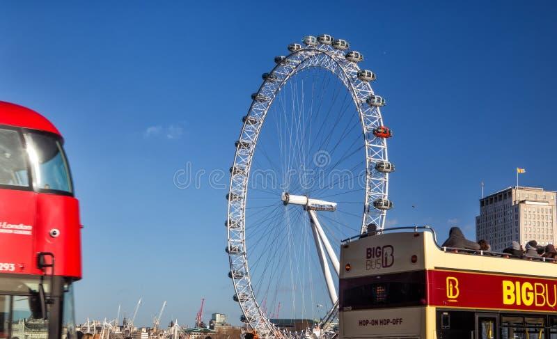 Het Oog van Londen en de iconische rode bus royalty-vrije stock afbeeldingen