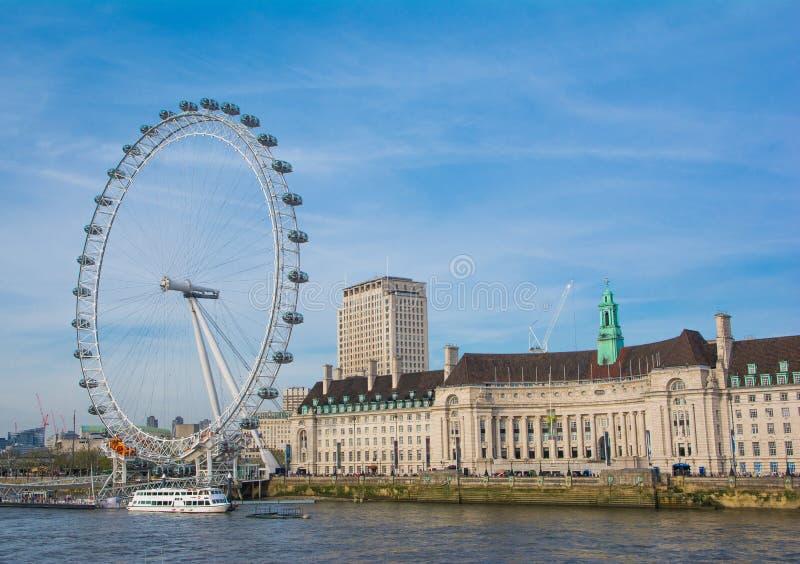 Het oog van Londen met blauwe hemel in zonnige dag stock afbeeldingen