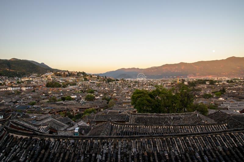 Het oogmening van de avondvogel van de lokale historische architectuurdak bouw van Oude Stad van Lijiang in Yunnan, China royalty-vrije stock afbeelding