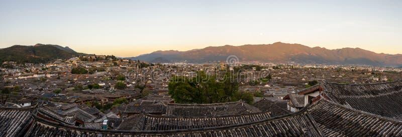 Het oogmening van de avondvogel van de lokale historische architectuurdak bouw van Oude Stad van Lijiang in Yunnan, China stock afbeeldingen