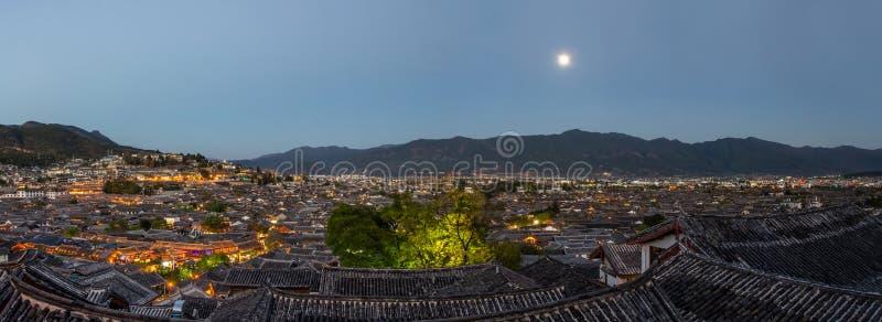Het oogmening van de avondvogel van de lokale historische architectuurdak bouw van Oude Stad van Lijiang in Yunnan, China royalty-vrije stock afbeeldingen