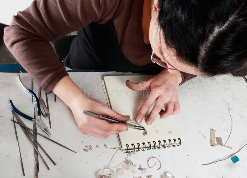 Het vrouwelijke Werken van de Juwelier stock afbeelding