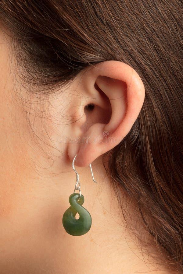 Het oor van de vrouw met oorring stock fotografie