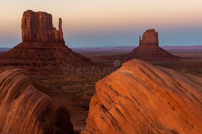 Het oosten en Buttes van de het Westenvuisthandschoen bij zonsondergang, het Stammenpark van Navajo van de Monumentenvallei op de royalty-vrije stock foto