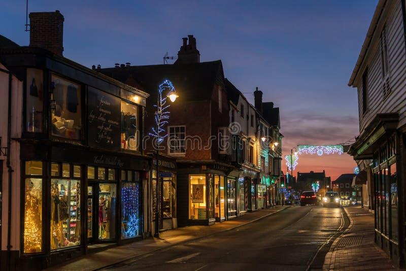HET OOSTEN GRINSTEAD, HET WESTEN SUSSEX/UK - 4 JANUARI: Weergeven van het stadscentrum bij nacht in het Oosten Grinstead op 4 Jan royalty-vrije stock fotografie