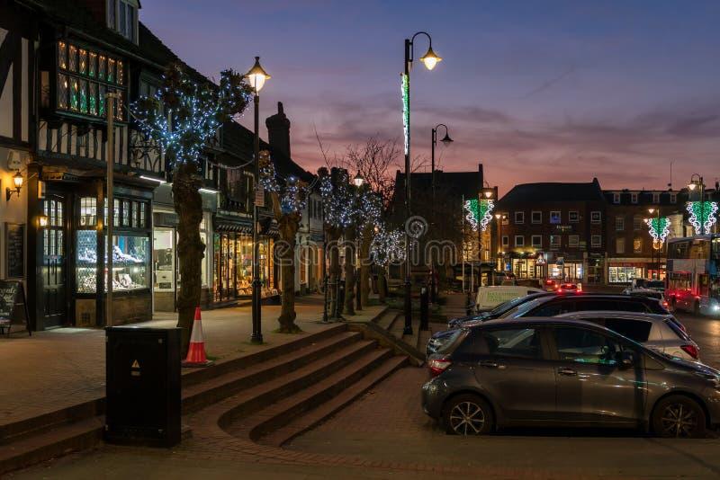 HET OOSTEN GRINSTEAD, HET WESTEN SUSSEX/UK - 4 JANUARI: Weergeven van het stadscentrum bij nacht in het Oosten Grinstead op 4 Jan stock foto's