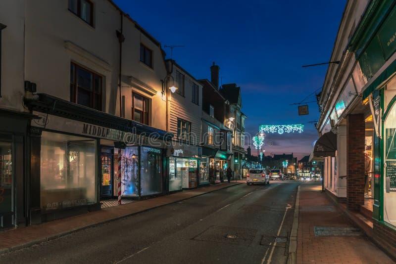 HET OOSTEN GRINSTEAD, HET WESTEN SUSSEX/UK - 4 JANUARI: Weergeven van het stadscentrum bij nacht in het Oosten Grinstead op 4 Jan stock foto