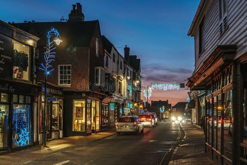 HET OOSTEN GRINSTEAD, HET WESTEN SUSSEX/UK - 4 JANUARI: Weergeven van het stadscentrum bij nacht in het Oosten Grinstead op 4 Jan royalty-vrije stock foto