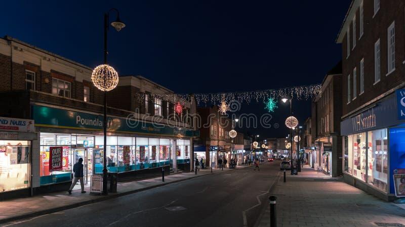 HET OOSTEN GRINSTEAD, HET WESTEN SUSSEX/UK - 4 JANUARI: Weergeven van het stadscentrum bij nacht in het Oosten Grinstead op 4 Jan royalty-vrije stock foto's