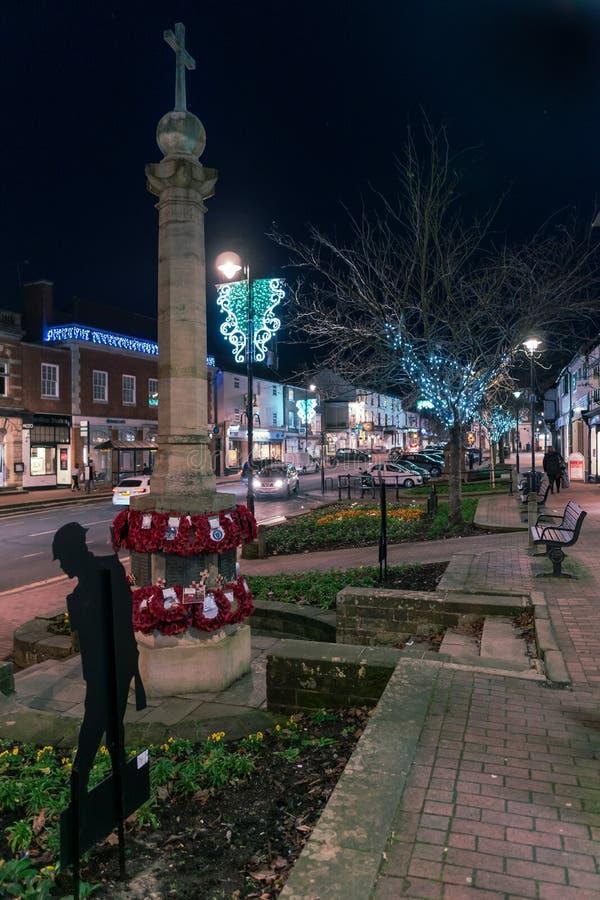 HET OOSTEN GRINSTEAD, HET WESTEN SUSSEX/UK - 4 JANUARI: Weergeven van het stadscentrum bij nacht in het Oosten Grinstead op 4 Jan stock fotografie