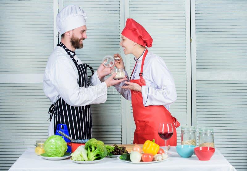 Het op dieet zijn concept man en vrouwenchef-kok in restaurant gelukkig paar in liefde met het gezonde voedsel doeting Het op die royalty-vrije stock foto's