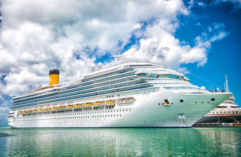 Het op zee dok van het cruiseschip in turkooise overzees op bewolkte blauwe hemel Het reizen door Overzees Watervervoer en vervoe royalty-vrije stock afbeelding