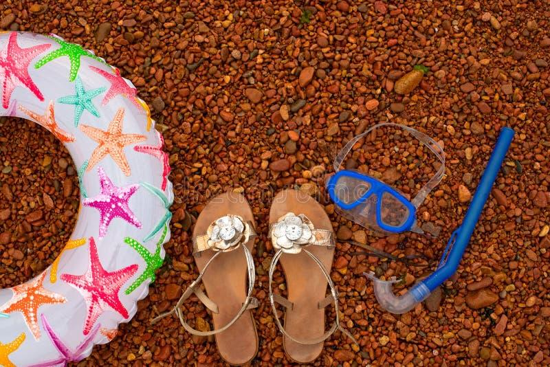 Het opblaasbare Onderwatermasker van Sandals van de babycirkel snorkelt, ligt op het strand stock afbeelding