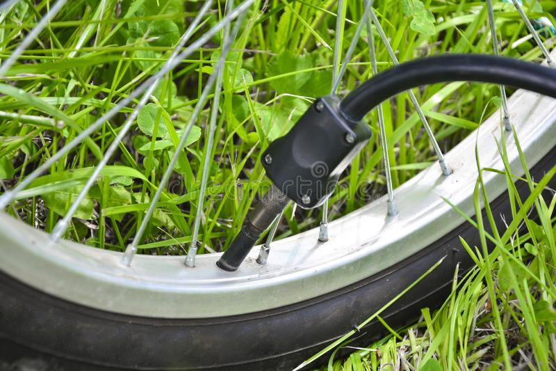 Het opblazen van de band van een fiets Pompende lucht in een wiel van fiets Huisonderhoud van fiets De fietsdienst en Het handhav stock foto