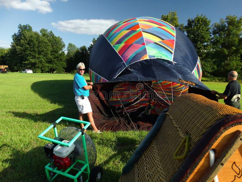 Het opblazen van Hete Luchtballon royalty-vrije stock fotografie