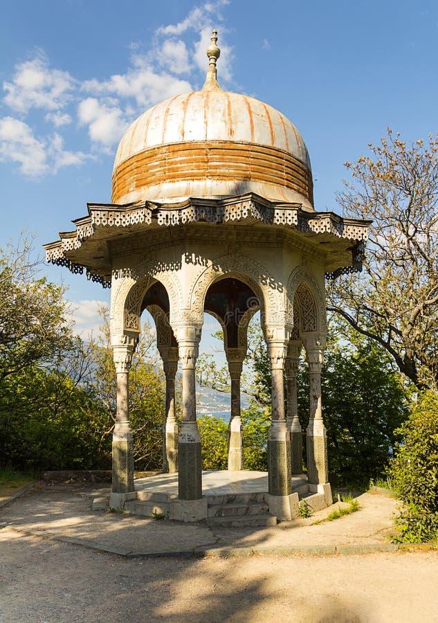 Het open bevallige paviljoen van steengazebo met gesneden muren en een rond dak royalty-vrije stock fotografie