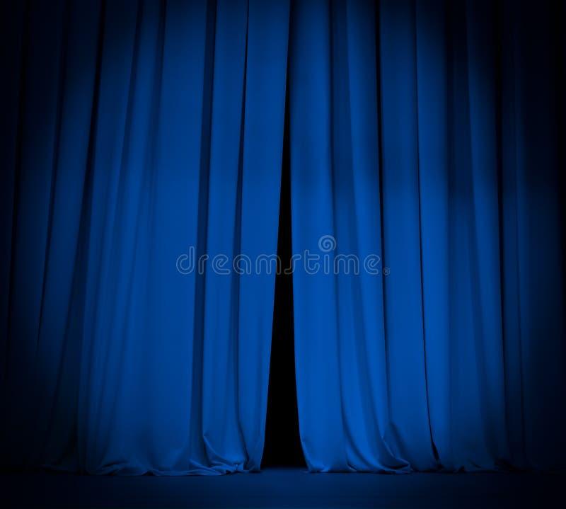 Het open blauwe gordijn van het theaterstadium met schijnwerper royalty-vrije stock foto's