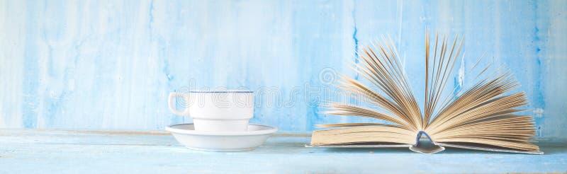 Het open boek en een kop van koffie, sluiten omhoog geschoten Het lezen, het leren of literatuur royalty-vrije stock foto
