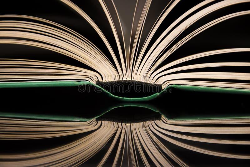 Het open boek met bezinning stock afbeeldingen