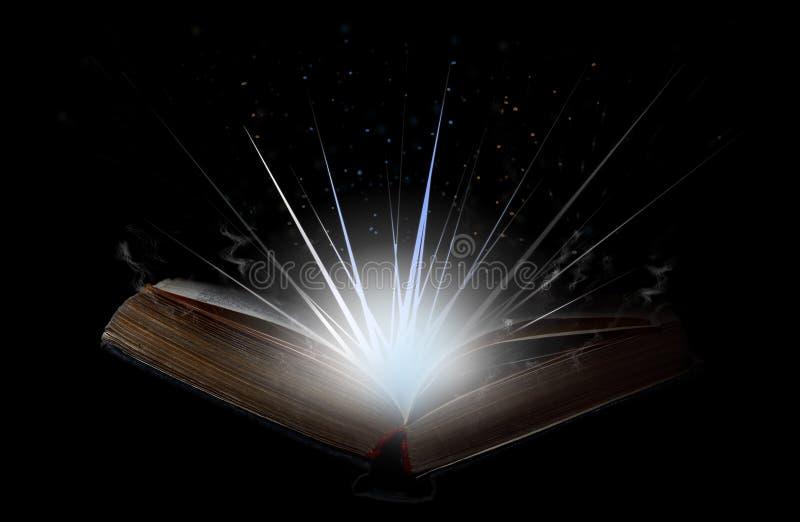 Het open boek met flits van lichte, magische rook en schittert in stock fotografie