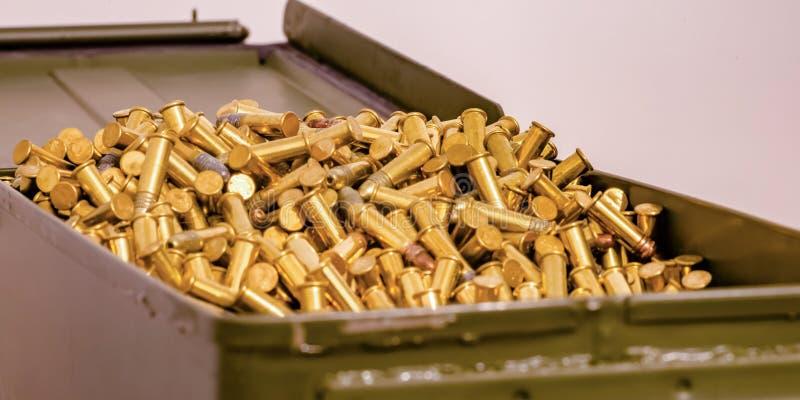 Het open hoogtepunt van de metaaldoos van glanzende gouden kogels royalty-vrije stock foto