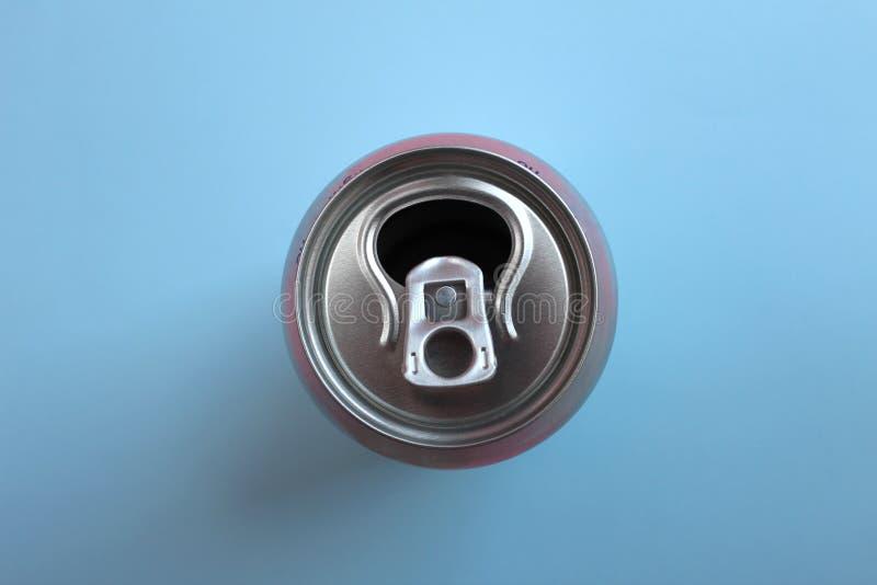 Het open lege aluminium kan mening bedekken over blauwe achtergrond stock foto
