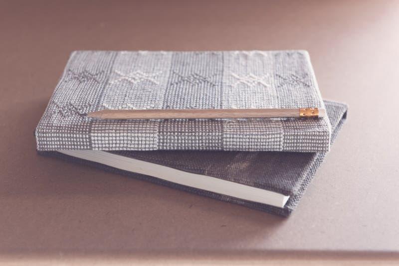 Het open notitieboekje op grungeachtergrond, vinOpen notitieboekje op grunge houten achtergrond, retro filtereffect stock afbeeldingen