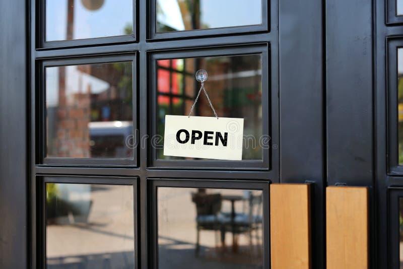 Het open tekenraad hangen op deur van koffie royalty-vrije stock foto