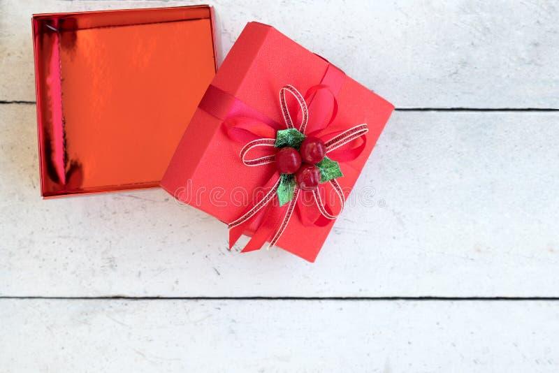 Het open vakje van de Kerstmisgift op houten lijst royalty-vrije stock afbeeldingen