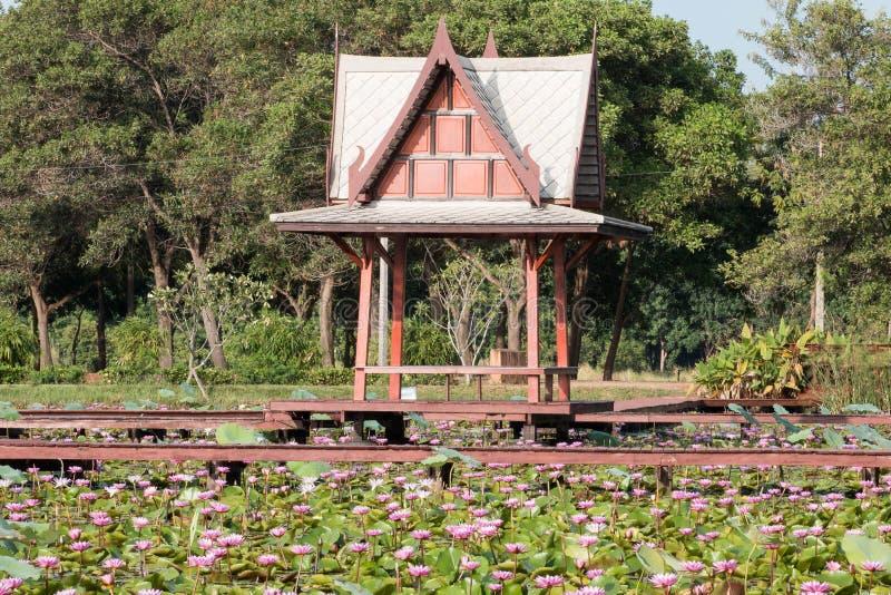 Het openbare rest-huis van de waterkant stock afbeelding