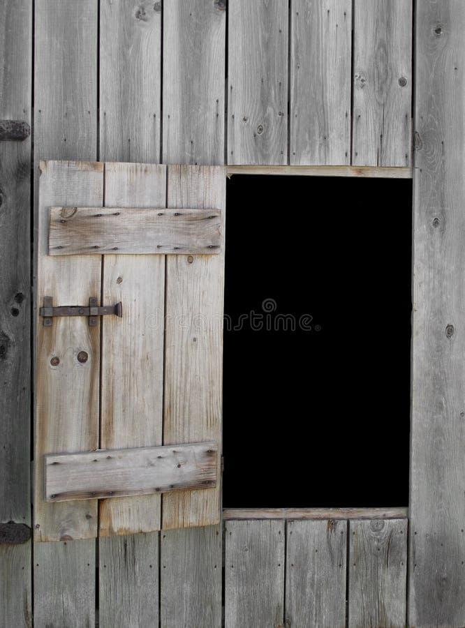 Het openen en deur in oude schuur royalty-vrije stock fotografie
