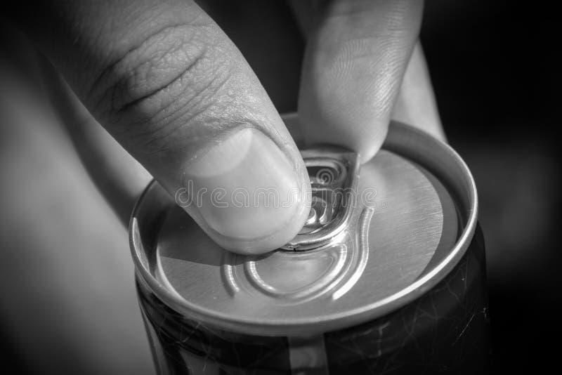 Het openen kan van bier stock afbeelding