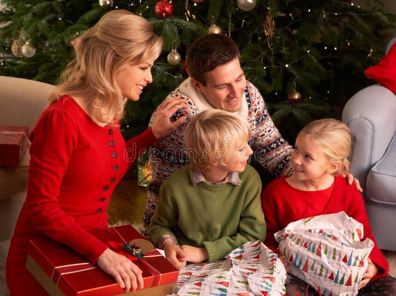 Het Openen van de familie de Giften van Kerstmis thuis stock fotografie