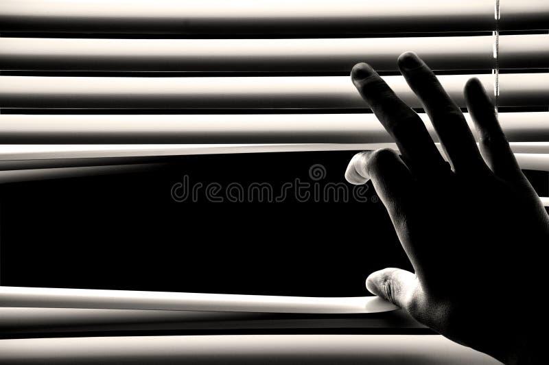 Het openen van de hand vensterszonneblinden stock afbeelding