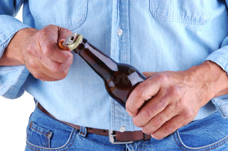 Het Openen van de mens de Fles van het Bier royalty-vrije stock fotografie