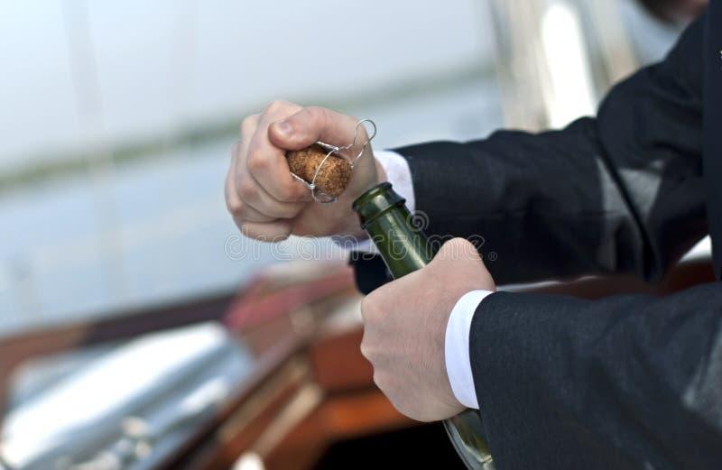 Het openen van een fles royalty-vrije stock afbeeldingen