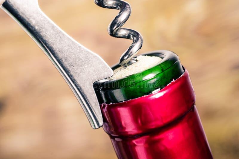 Het openen van een kurketrekker van de wijnfles stock afbeelding