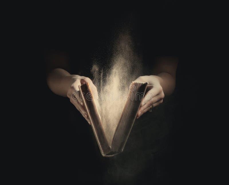 Het openen van een oud boek. stock fotografie