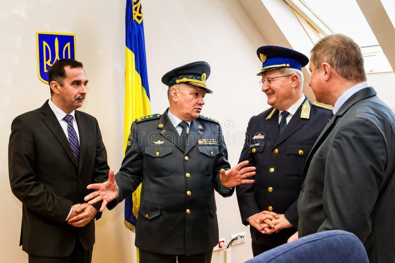 Het openen van het eerste gezamenlijke contactpunt op Oekraïens-HU stock afbeelding
