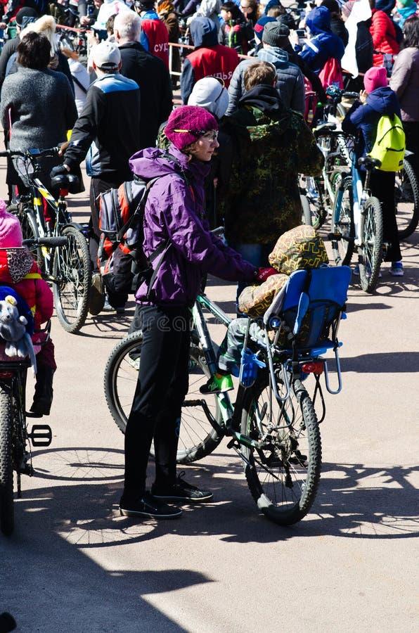 Het openen van het het cirkelen seizoen en de fietsrit, Gomel, Wit-Rusland stock afbeelding