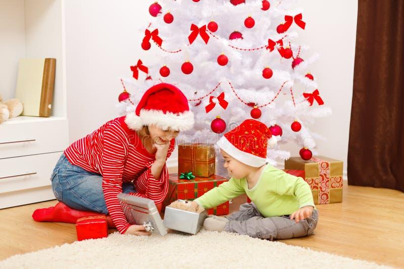 Het openen van kinderen stelt in Kerstmis voor stock fotografie