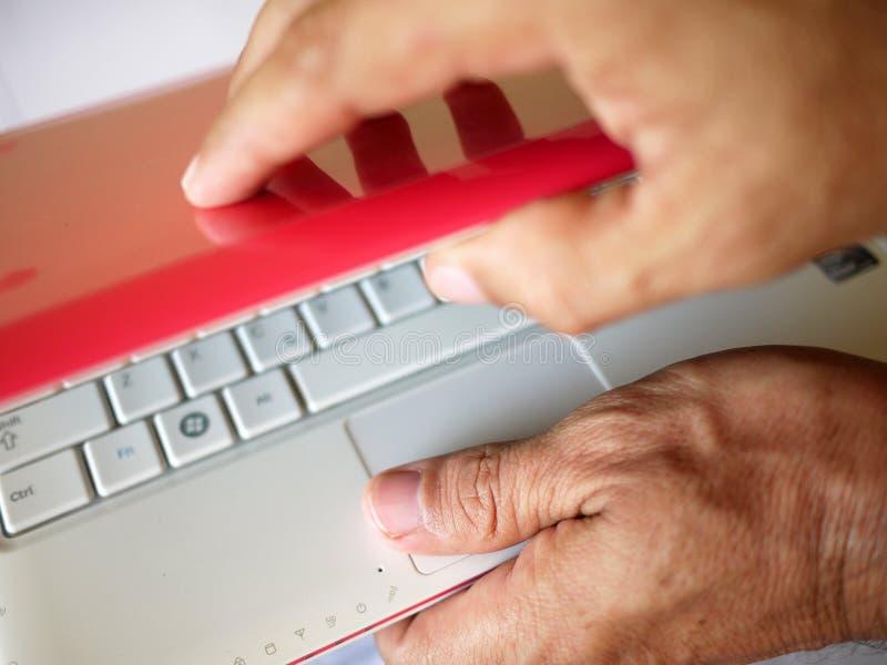 Het openen van laptop royalty-vrije stock afbeelding