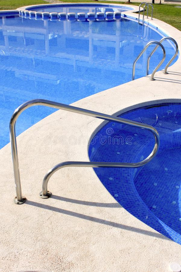 Het openlucht blauwe zwembad van de Jacuzzi stock foto's