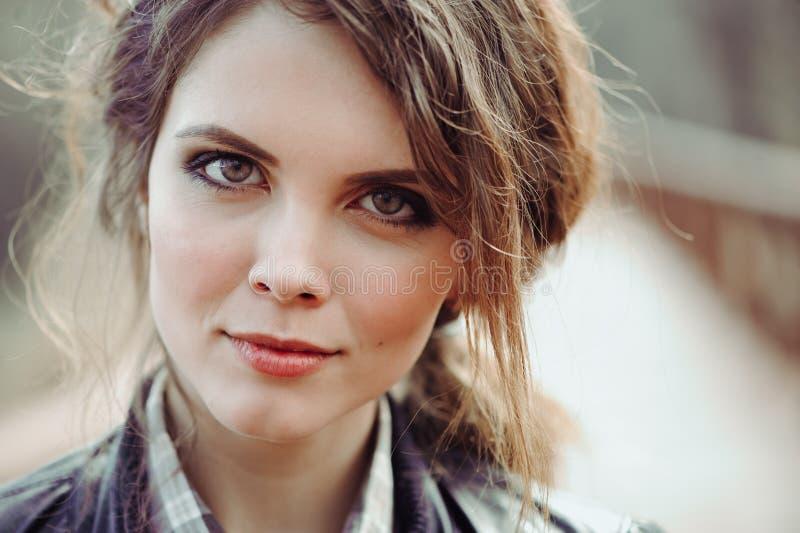 Het openlucht dichte omhooggaande portret van jonge mooie vrouw met natuurlijk maakt omhoog stock foto