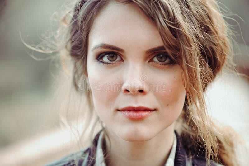 Het openlucht dichte omhooggaande portret van jonge mooie vrouw met natuurlijk maakt omhoog royalty-vrije stock fotografie