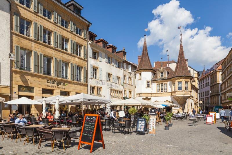 Het openlucht dinning op Marktplaats des Halles in Middeleeuws       stad Neuch?tel, Zwitserland royalty-vrije stock fotografie