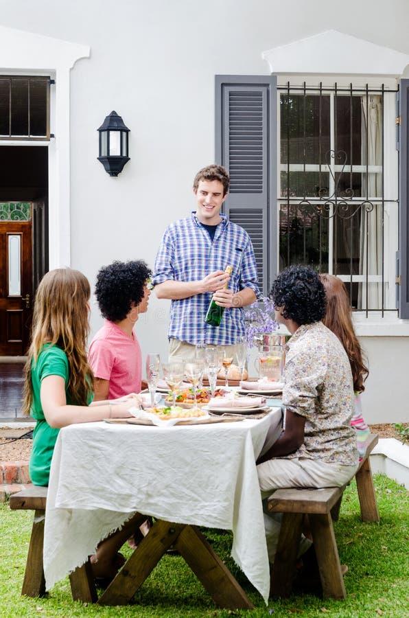 Het openlucht onderhouden met champagne en voedsel stock afbeelding