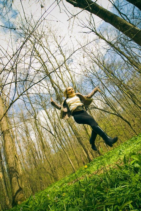 Het openlucht vrouw springen royalty-vrije stock fotografie