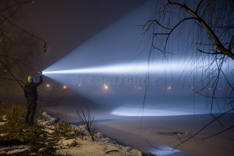 Het openlucht zoeken met flitslicht bij nacht royalty-vrije stock afbeeldingen