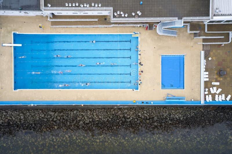 Het openlucht openlucht zwembad begint lessen voor hogere bejaard en maakte hierboven zwemmerssatellietbeeld van onbruikbaar royalty-vrije stock fotografie
